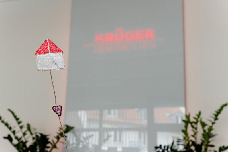 Haus Aufsteller Krüger Immobilien Logo